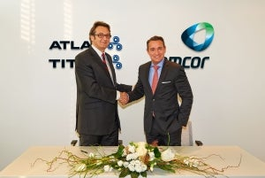 AFAP president Ralf K. Wunderlich (right) and Atlas Converting managing director Alan Johnson at the signing of the agreement.